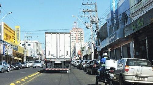 Caminhões não respeitam placas e continuam sendo flagrados circulando na Tamoios fora do horário permitido