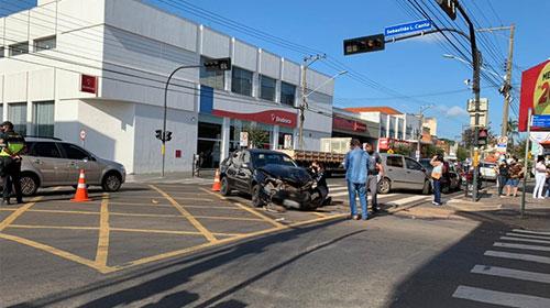 Acidente envolve três carros na Avenida Rui Barbosa em Assis