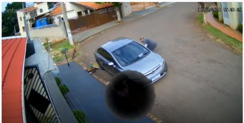 Homem perde a carteira com pertences e vê em câmeras de monitoramento mulher supostamente pegando o objeto do chão em Ourinhos; vídeo foi divulgado