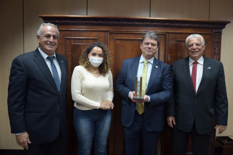 Assenag entrega Prêmio Profissional do Ano a ministro da Infraestrutura