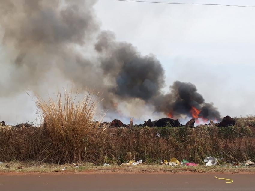 Queimada irregular de galhadas revolta mais uma vez a população de Ourinhos; Prefeitura se cala