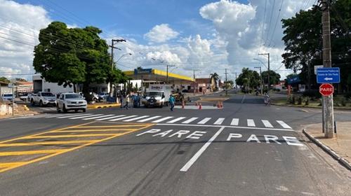 Prefeitura finaliza a implantação de rotatória na rua J. Ari Fernandes