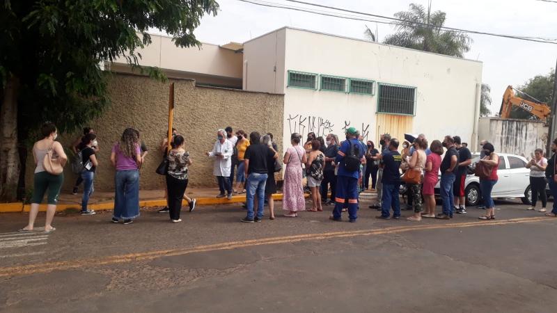 Munícipes esperam horas por vacinas e ficam