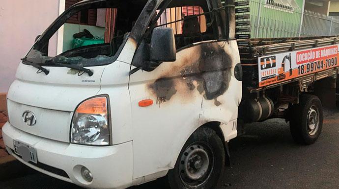 """""""Até onde vai a maldade do ser humano?"""", questiona motorista que teve caminhão incendiado em Assis"""